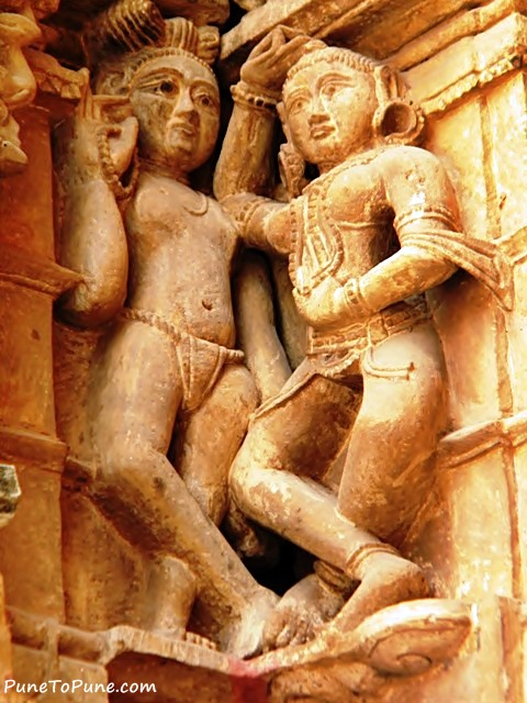 Beautiful Apsara i front og the yogi